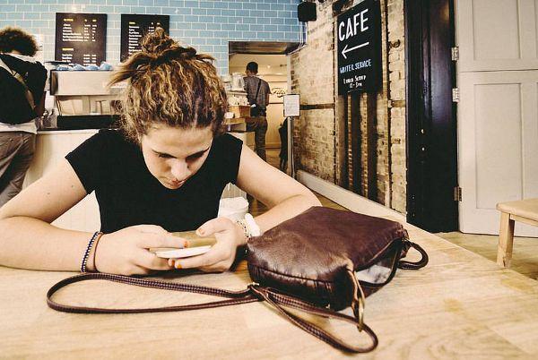 Какое поколение чаще отвлекается на смартфоны?