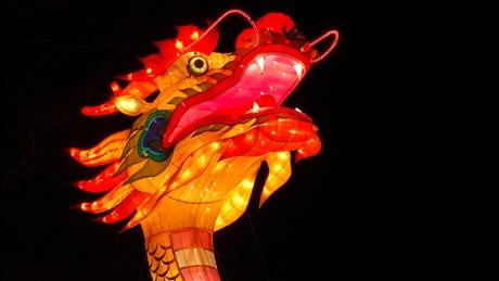 Китай снижает курс юаня к доллару