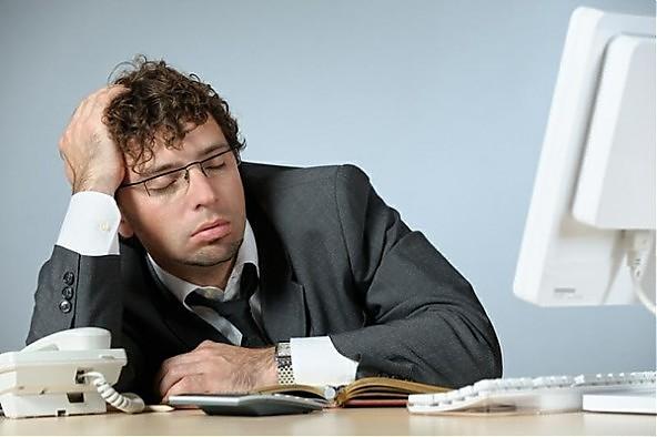 Почему менеджер онлайн-магазина спит на рабочем месте?