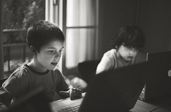 Почему наша одержимость технологиями — следствие зависимости от работы